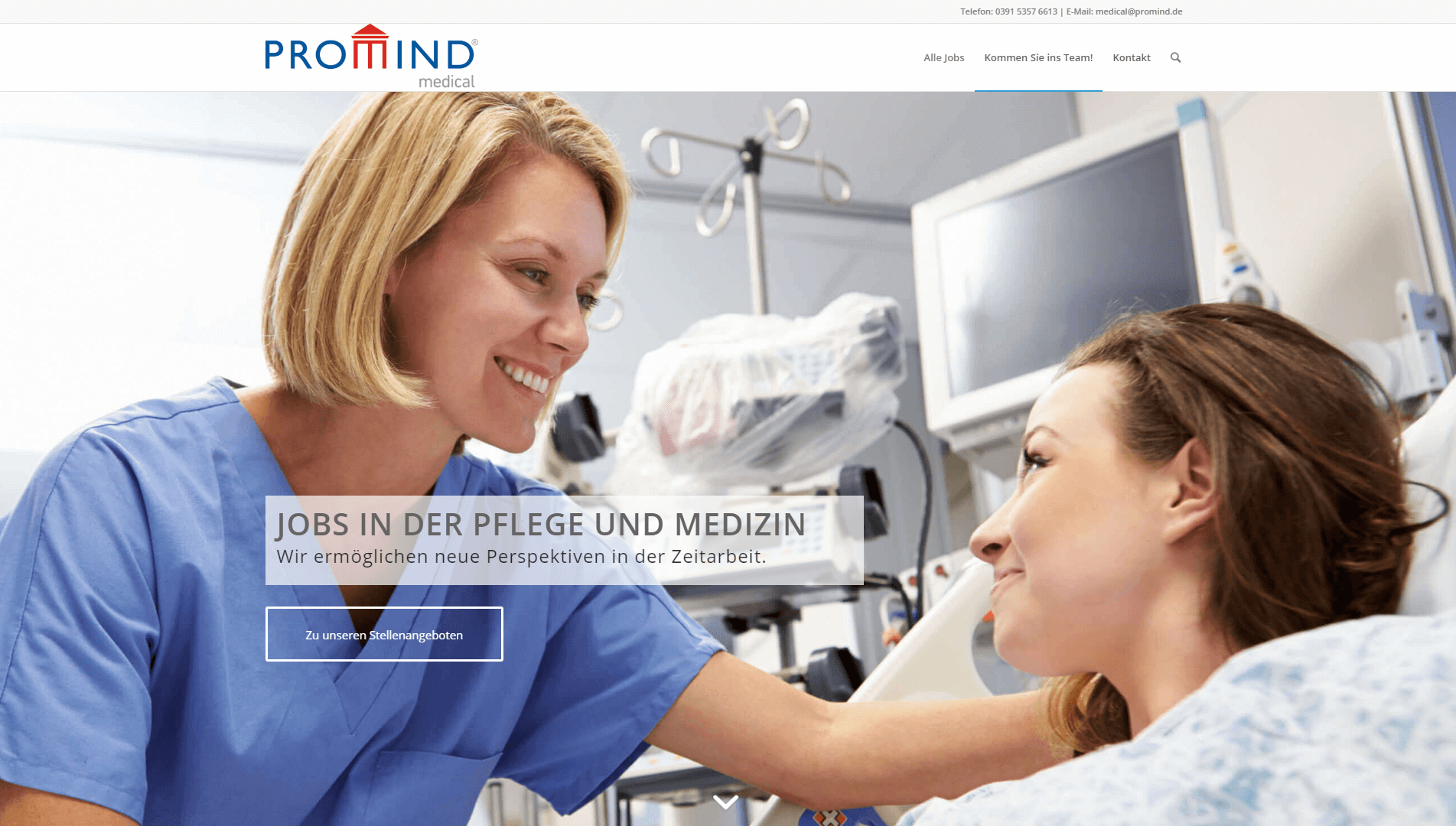 Jobs in Pflege: Mitarbeiterin von PROMIND medical kümmert sich um Patientin