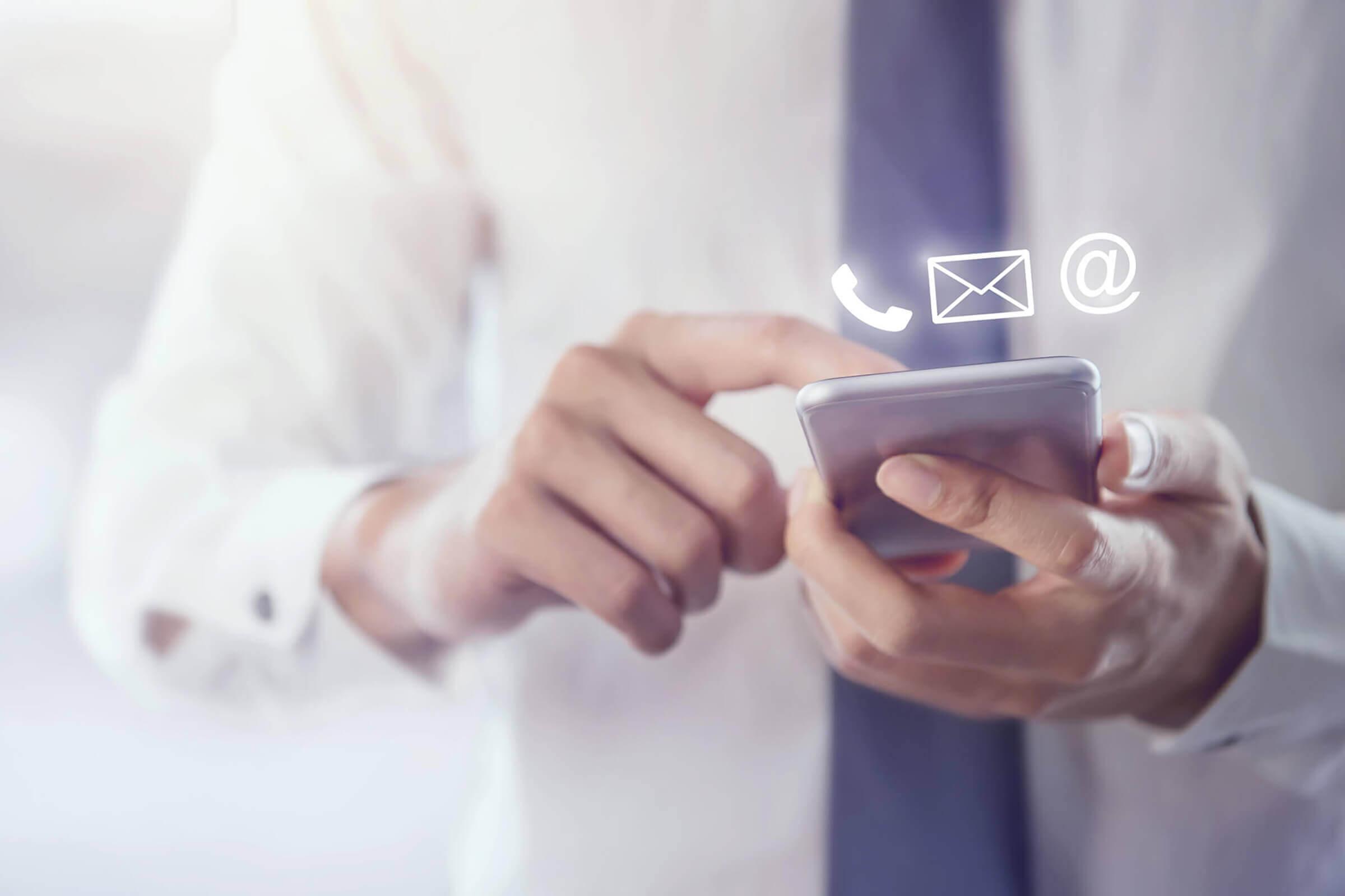 Mann zeigt auf Kontakt-Icons | MVI PROMIND GmbH
