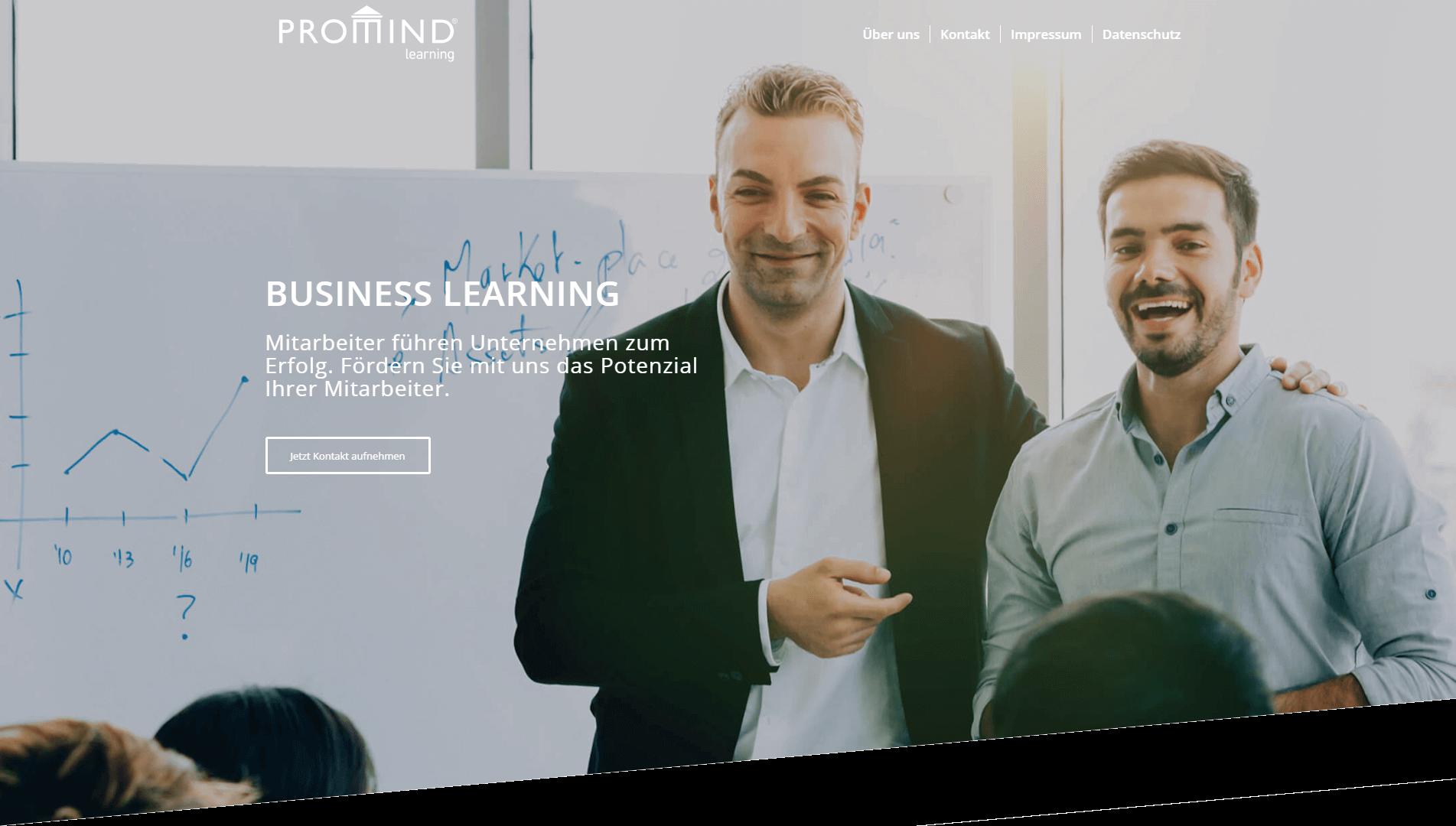 Lachende Seminarleiter und Teilnehmer von PROMIND learning | Business learning
